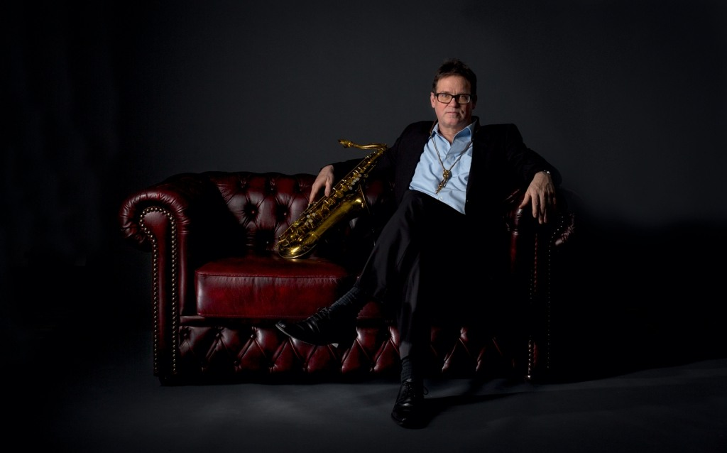Fotograf Münster - Saxophonist-CHesterfiled-Couch-Fotostudio